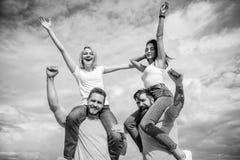 快乐的夫妇跳舞 有的朋友乐趣夏天露天节日 男人和妇女享受音乐节 著名的参观 免版税库存照片