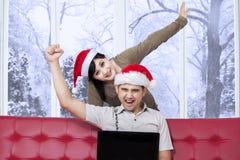 快乐的夫妇购买在网上在冬日 库存照片