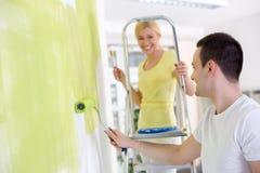 快乐的夫妇绘画墙壁 免版税库存图片