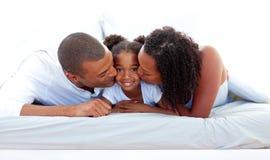 快乐的女儿亲吻他们的父项 免版税库存照片