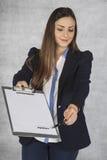 快乐的女商人陈列在哪里签署协议 免版税库存照片