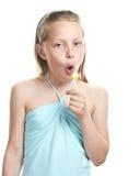 快乐的女孩一点棒棒糖唱歌 免版税图库摄影