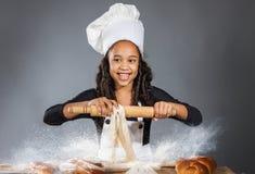 快乐的女孩厨师 免版税库存图片