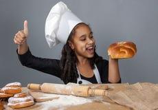 快乐的女孩厨师 免版税库存照片