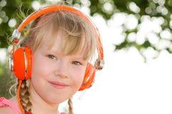 快乐的女孩听的教训特写镜头画象  免版税图库摄影