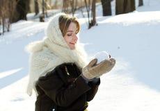 快乐的女孩在一个被编织的围巾雪俄国人冬天 免版税库存图片