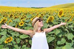 快乐的女孩在向日葵农场 库存照片