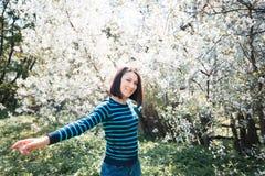 快乐的女孩在开花的庭院里 美妙9心情多彩多姿的照片被设置的春天的郁金香 晴朗的妇女年轻人 库存照片