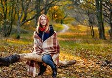 快乐的女孩在森林里 库存照片