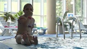 快乐的女孩在水池潜水 慢的行动 影视素材