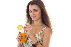 年轻快乐的女孩夏令时画象轻的衣裳的有在白色隔绝的她手微笑的鸡尾酒的 库存图片
