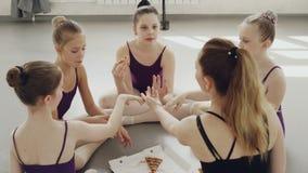 快乐的女孩是他们快乐的芭蕾舞蹈艺术老师吃薄饼,在实践以后谈,笑并且获得乐趣 股票录像
