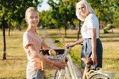 去快乐的女孩有与她的祖母的一顿野餐 免版税库存图片