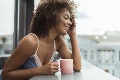 快乐的女孩水杯液体 免版税库存图片