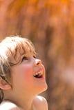 快乐的女孩湿的矮小 免版税库存图片