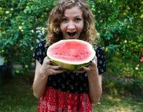 快乐的女孩用西瓜 免版税图库摄影