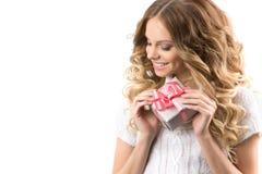 快乐的女孩的图片有礼物盒的在白色背景 库存照片