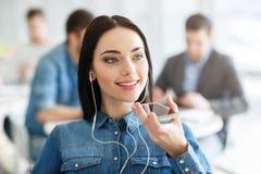 快乐的女孩谈话在手机 免版税库存照片