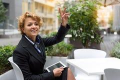 快乐的女实业家开会议在餐馆 免版税库存图片