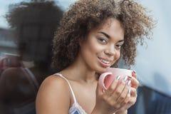 快乐的女性品尝开胃茶 免版税库存照片