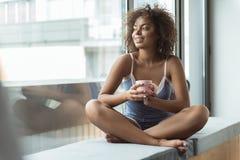 快乐的女性水杯可口咖啡 免版税库存图片