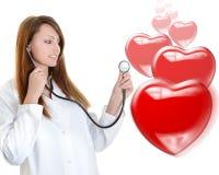 快乐的女性医生听的心跳 库存照片