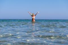 快乐的妇女佩带的潜航的屏蔽 免版税库存图片