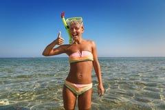 快乐的妇女佩带的潜航的屏蔽 库存图片