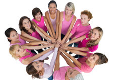 快乐的妇女加入了一个圈子和看camerawearin 免版税库存照片