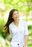 快乐的妇女在春天或夏天公园 免版税库存照片