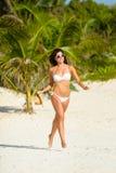 快乐的妇女在热带加勒比海滩假期 免版税库存图片