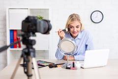 快乐的妇女录影博客作者记录的vlog录影组成 库存照片