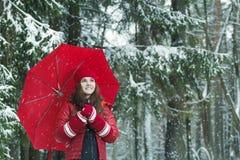快乐的妇女户外冬天画象温暖的 库存照片