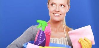 快乐的妇女清洗某事与小捆和浪花殷勤地 免版税库存照片