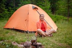 快乐的妇女游人帐篷 库存图片