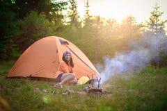 快乐的妇女游人帐篷 免版税库存图片