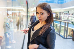 年轻快乐的妇女照片有提包的在背景嘘 图库摄影