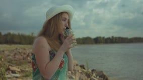 快乐的妇女谈话在巧妙的电话在海边 股票视频