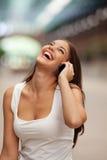 快乐的妇女谈话在手机 免版税图库摄影
