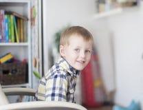 快乐的孩子在儿童居室 库存照片
