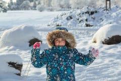 快乐的孩子在冬天公园在晴朗的新天 库存图片