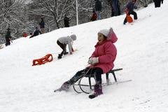 快乐的孩子sledding下来 库存图片