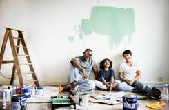 快乐的家庭绘画房子墙壁 图库摄影