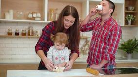 快乐的家庭获得乐趣一起在厨房 股票视频
