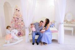 快乐的家庭被会集交换在明亮的s的圣诞节礼物 免版税图库摄影