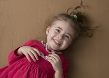快乐的小女孩Clouse-up画象纸板箱的背景的 图库摄影
