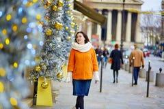 快乐的少妇在圣诞节的巴黎 免版税库存图片
