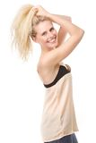 快乐的少妇用在头发的手 免版税图库摄影