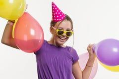 快乐的少年女孩12,13岁,与在白色背景的气球 免版税库存照片