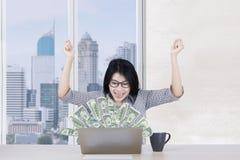 快乐的工作者挣金钱网上 免版税库存照片